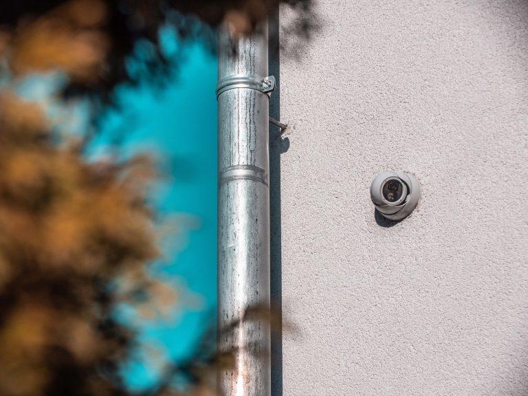 Dome-Kameras sind Überwachungskameras, die in einer halbrunden getönten Kuppel aus Kunststoff eingebaut sind, und sowohl für den Innen- als auch Außenbereich eingesetzt werden können.
